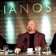 Η Ίρις Κρητικού, ο Josh Garrick και ο Γεώργιος Κακαβάς στην παρουσίαση του βιβλίου στον Ιανό