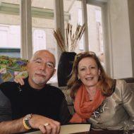 Ο Μάριος Βουτσινάς και η ιστορικός-επιμελήτρια τέχνης Sydney Picasso απολαμβάνουν ένα ποτό μετά την παρουσίαση στο V&A