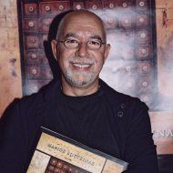 Ο Μάριος Βουτσινάς στην παρουσίαση του βιβλίου του στην Brasserie της οδού Βαλαωρίτου στην Αθήνα © Studio Panoulis